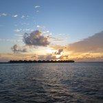 水上コテージに沈む夕日