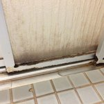 Homeinen, likainen kylpyhuone, huone nro 415