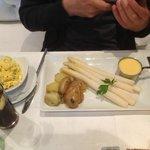 Spargel mit hausgemachter Sauce Hollandaise
