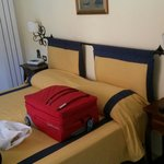 Camera piccola ma confortevole... con doppia esposizione... aria condizionata... ampio bagno...