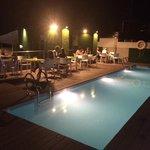 piscina por la noche abierta para tomar copas y chill out