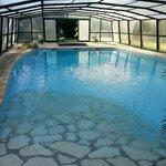 La piscine et le jacuzzi au fond