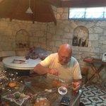 Osman Amca nefis reçellerinden birini  daha bir sanat eseri inşa eder gibi titizliği ile tamamla