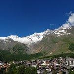 Dorp Saas-Fee en de omgevende bergen