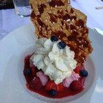 Fruits rouges, espuma vanille de Tahiti et sa glace chocolat - aussi beau que bon!!!