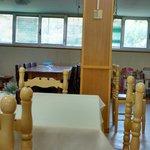Sala colazione con pareti rivestite di simil legno e giochi per bambini in un angolo
