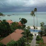 Blick vom Zimmer auf Hotelanlage und Meer