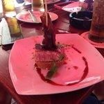 Pintxo de atun rojo con cebolla caramelizada y rucula