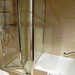 シャワーブースとバスタブ