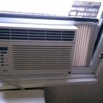 De airco/ventilator viel bijna uit het raam