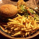Cheeseburger mit Pommes und Salatbeilage