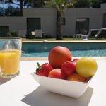 Jus d'orange pressé et coupe de fruits frais