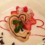 Il dolce di San Valentino: millefoglie con crema chantilly, fragole e scaglie di cioccolato