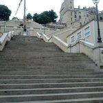 Photo prise du pied de l'escalier. En haut à droite la Tour d'Armagnac