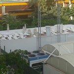 La piscina esta detras del panel y es pequeña. Solo da el sol desde 12:30 a 18:00.