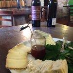 Piatto di formaggi e bottiglie di vernaccia e chianti