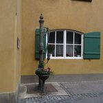 La 'Fuggerei' di Augsburg la pompa dell'acqua