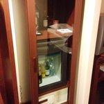 Le mini-frigo avec le coffre fort.