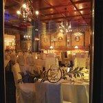 Fensterdurchblick ins Innere des Restaurants Cesare