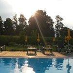 Abendstimmung am Pool im schön angelegten Garten