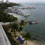 Ótima vista, proximidade das saídas turísticas, porém a praia é precária.