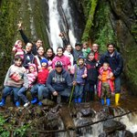 En la cascada con toda la familia...