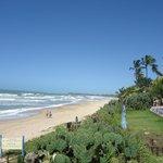 vista lateral da frente do hotel que da para a praia