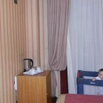 habitacion con cuna para bebe
