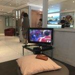 Viendo el mundial en el lobby