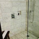 Pequeño y equipado baño