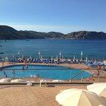 Panorama su piscina e baia