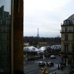 Вид из окна: сад Тюильри и Эйфелева башня