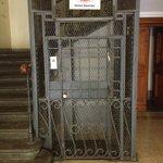 Ascenseur montant à l'hôtel