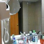 В ванной комнате есть увеличительное зеркало и фен