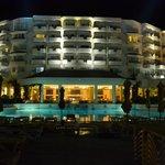 Hotel et piscine la nuit