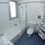 Une salle de bain avec baignoire