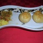 Pan con mantequilla y ajo y salsa criolla
