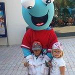 Una delle mascotte che intrattenevano i piccoli prima di lasciare l'albergo