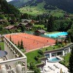 Aussicht auf Tennisplätze und Pool vom Balkon