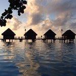 Photo dans la piscine de l'hôtel durant le coucher du soleil