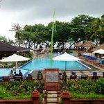 View kolam renang dan pantai dari lobby