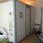 La salle de bain très bien aménagé est dans cette pièce de la chambre.