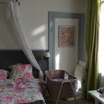 Le lit et notre berceau. Un lit bébé avait été installé mais nous avions aussi emmené  le notre