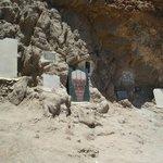 De gedenkstenen aan de duiklocatie van overleden duikers