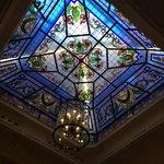 Preciosa cristalera del lobby