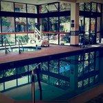 La piscine rénovée et le jacuzzi.