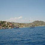 Яхты, чистое море чистое, живописный остров. Здорово было там поплавать