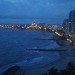 Hermosa Cartagena en la noche, al fondo la ciudad amurallada