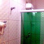 Banheiro com chuveiro quente e forte
