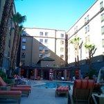 Vue de l'hotel depuis la piscine